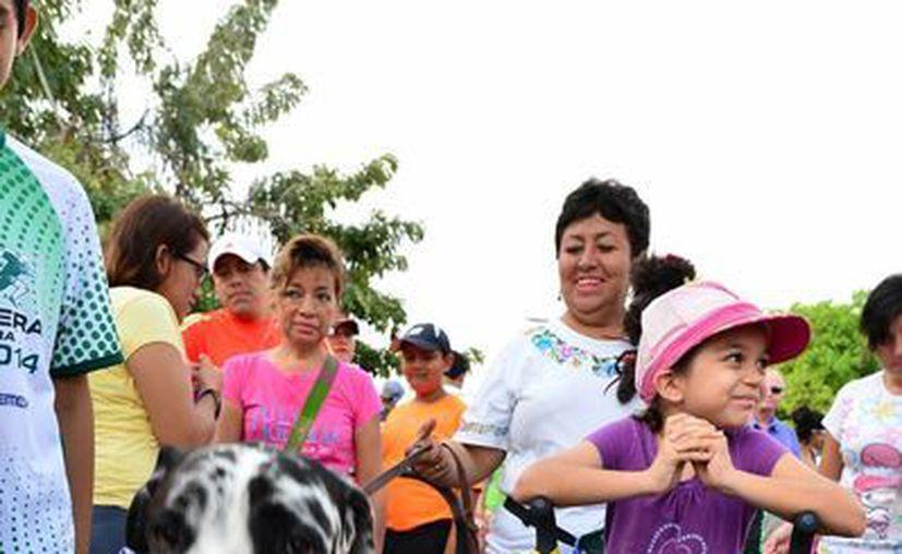 En la caminata participaron alrededor de mil 200 personas y más de dos mil perros de diversas razas. (Luis Pérez/SIPSE)
