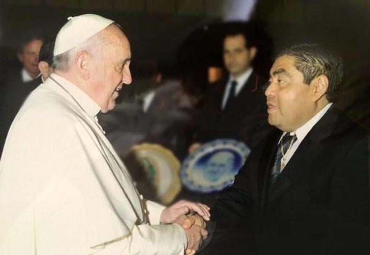 Imagen del momento en que el Presidente del Senado saluda al Papa en el Vaticano. (@MBarbosaMX)