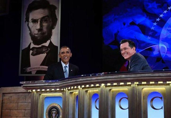 El presidente Barack Obama charla con Stephen Colbert durante una grabación del programa 'The Colbert Report' en el Auditorio Lisner en la Universidad George Washington en Washington DC. (Agencias)