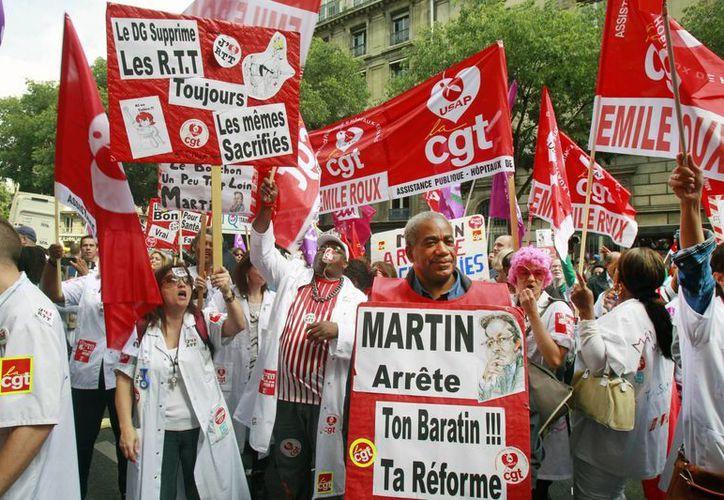 Técnicos y personal de hospitales participan hoy en una protesta en París. Los manifestantes se oponen a una iniciativa de modificar las horas de trabajo que, según afirman, perjudicará la atención de los pacientes.(AP Foto/Remy de la Mauviniere)