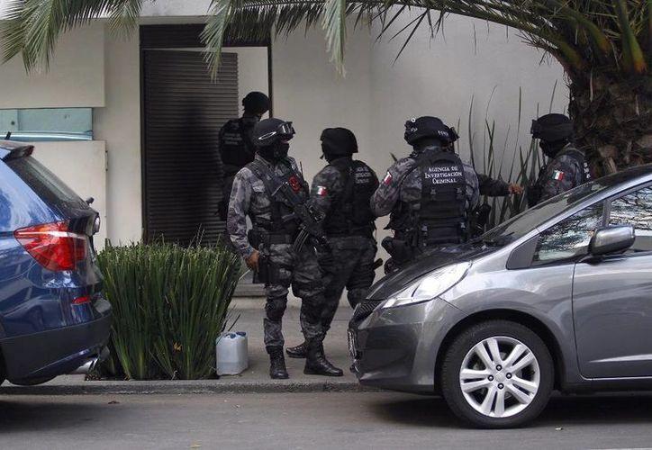 Imagen del momento en que las autoridades realizaban el catero en una de las propiedades de Javier Duarte, en la cual se encontraron millones de pesos escondidos. (Víctor Camacho/La Jornada)