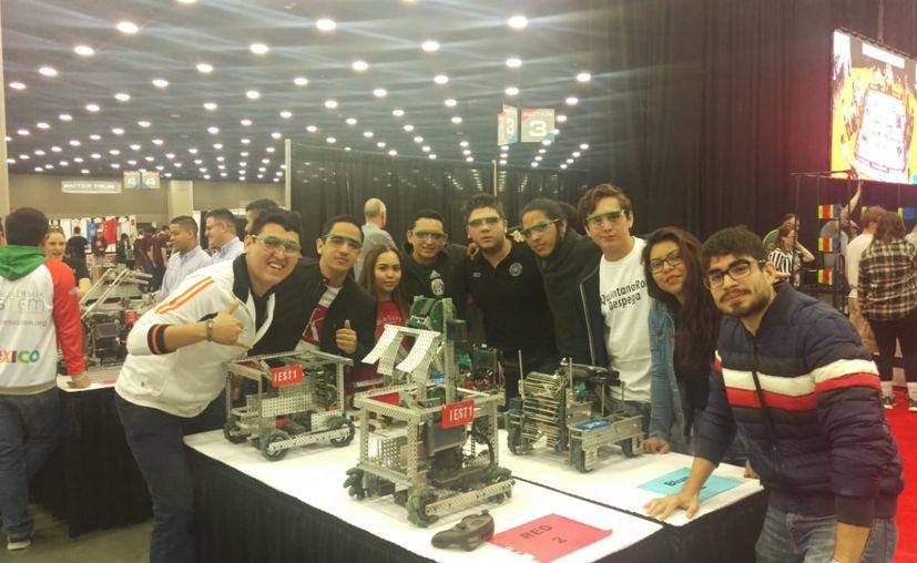 Los alumnos de la Universidad Politécnica que compitieron en el mundial de robótica. (Foto: Sipse)