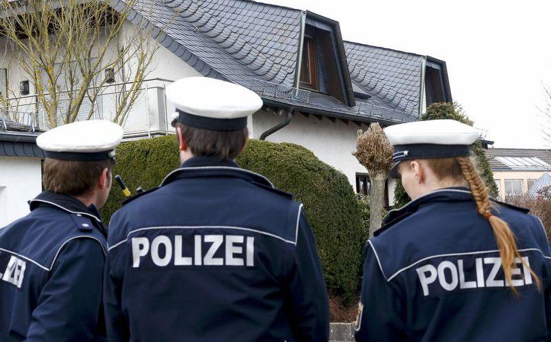 Golpean a estadounidense por hacer saludo nazi en Alemania