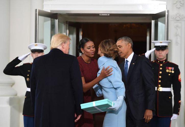 Finalmente, Michelle Obama explicó por qué hizo esa cara cuando Melania le entregó un regalo. (Foto: Univisión)