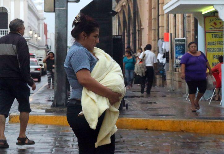 """Este sábado por la tarde, la lluvia """"refresco"""" el ambiente caluroso. Para hoy domingo, también se esperan lluvias y tormentas eléctricas. (José Acosta/SIPSE)"""