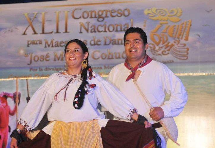 Los profesores presentaron diversos bailables en el parque Quintana Roo. (Cortesía/SIPSE)