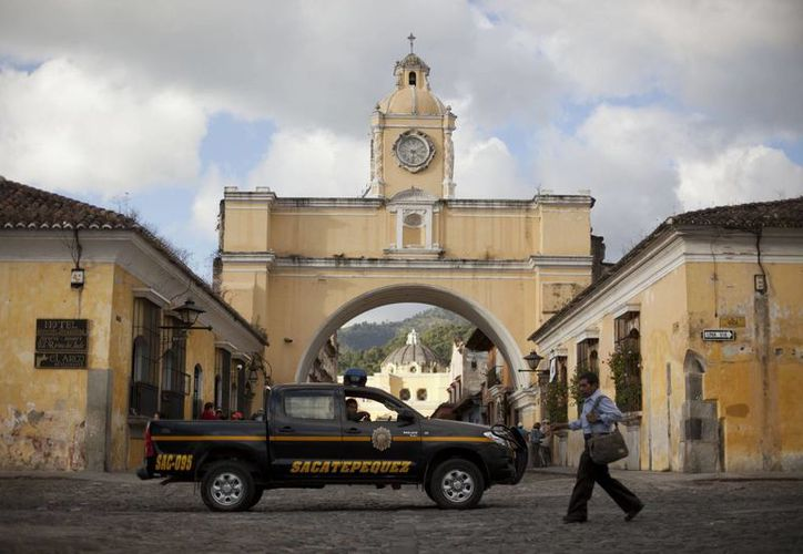 Una patrulla pasa junto al convento de Santa Catalina en Antigua. (Agencias)