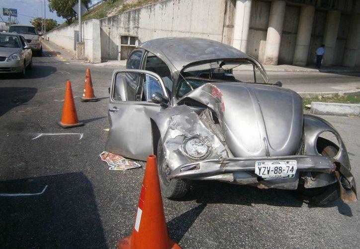 El Volkswagen se quedó sin frenos y terminó como acordeón en el entronque de Periférico con Caucel. (Milenio Novedades)