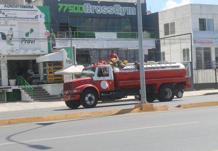 Los bomberos acudieron al llamado de auxilio a las 12 horas. (Redacción/SIPSE)