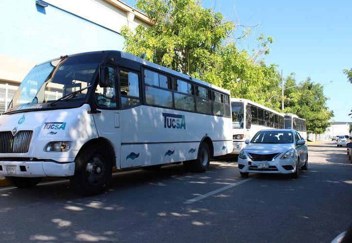 Los camiones en los que trasladaron a los estudiantes a la Expo Militar, ocuparon los espacios cerca del Palacio Municipal. (Adrián Barreto/SIPSE)
