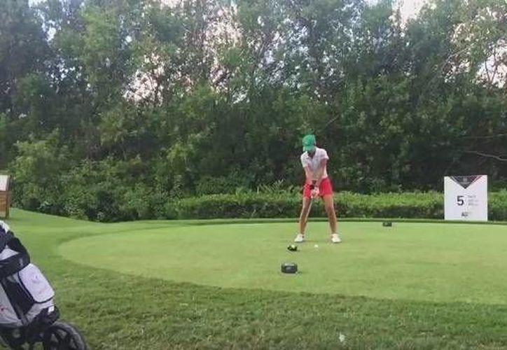 Isabella Fierro en el campo del Mayakoba. La golfista yucateca tuvo un gran desempeño con México en el World Amateur Team Championship. (Twitter)