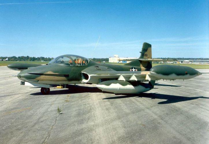 Dos pilotos murieron al estrellarse un avión caza de la fuerza aérea uruguaya en una zona rural de ese país sudamericano. (Imagen de contexto/taringa.net)
