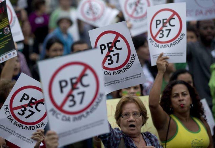 Más de un millón de brasileños han salido a las calles a protestar durante la Copa Confederaciones por la falta de inversión en servicios públicos, mientras se gasta millones de dólares para el Mundial de 2014. (Agencias)
