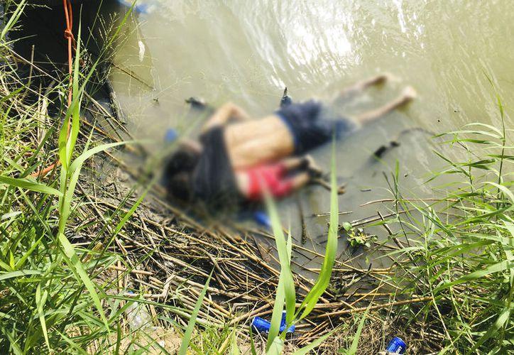 Los cuerpos del migrante salvadoreño y su hija Valeria, yacen en la orilla del río Bravo en Matamoros, México, el lunes 24 de junio de 2019, después de ahogarse en su intento por cruzar el río para llegar a Brownsville, Texas. (AP Foto/Julia Le Duc)