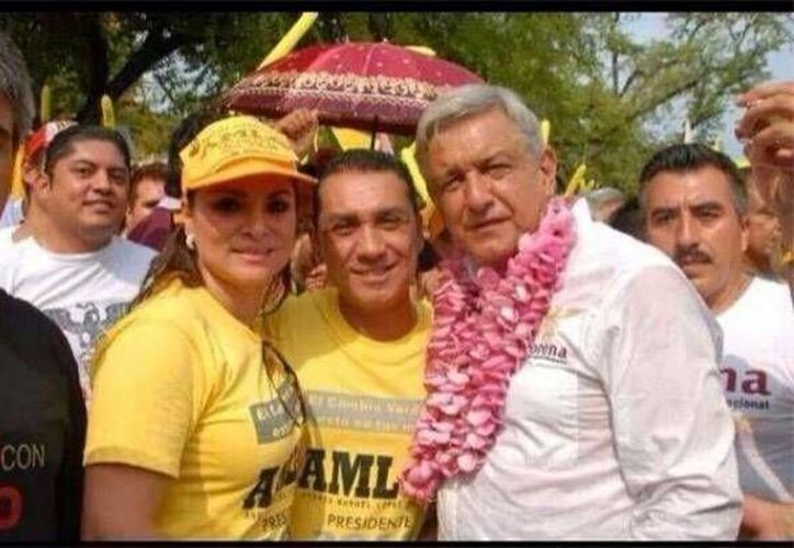 José Luis Abarca con su esposa, ambos prófugos, a un lado del ex candidato presidencial en 2012, antes de las elecciones.
