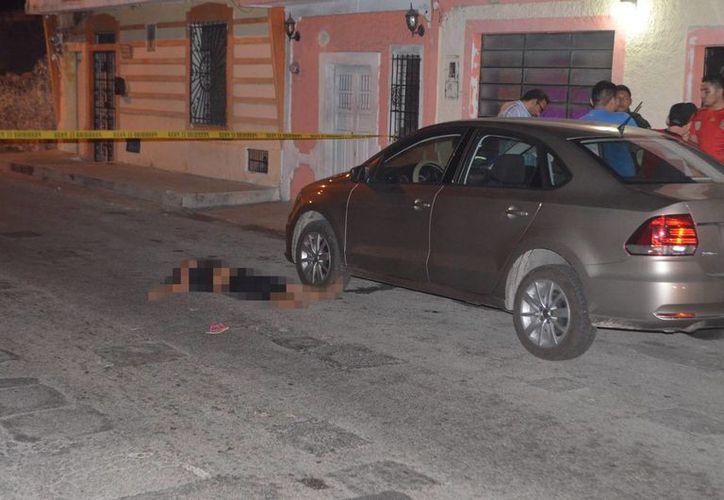 La mujer quedó tendida en el pavimento, luego de una discusión con un hombre, que al final la atropelló. (Carlos Navarrete/SIPSE)
