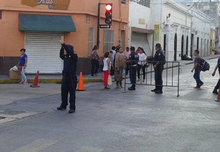 Cinco agentes de la PMM fueron dados de baja por deshonestos. Imagen de contexto de policías municipales que controlan el tránsito en calles del centro de Mérida. (@PoliciaMeridaMx)