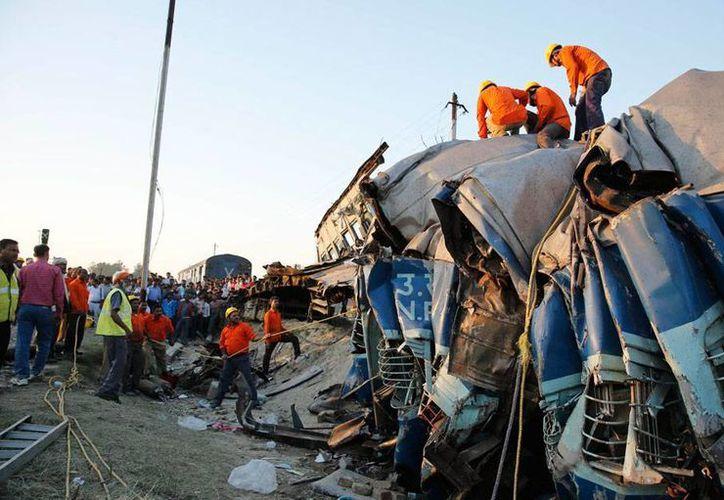 Descarrilamiento de tren dejó más de 30 muertos en India. (AP)