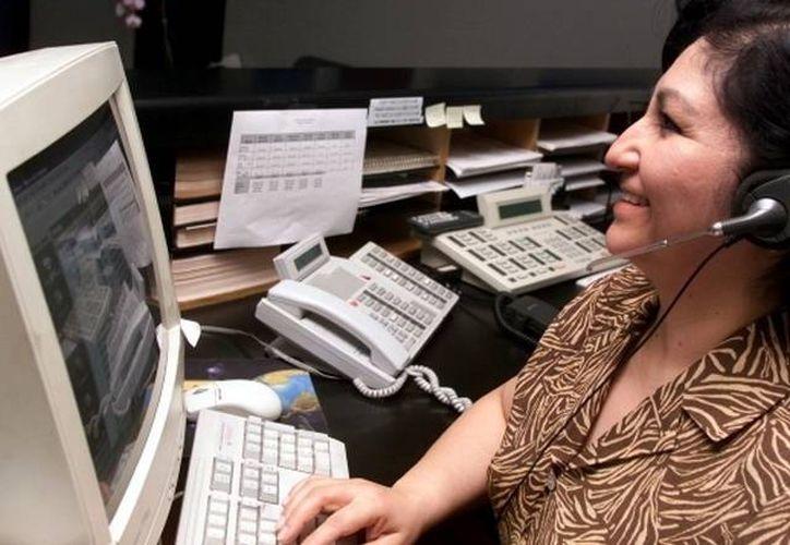 La nueva legislación establece que todo el territorio nacional sea considerado una sola área de servicio local. Imagen de una telefonista durante su horario laboral. (Milenio Novedades)