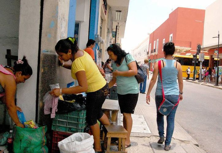 Buena parte del centro de la ciudad, en manos del ambulantaje. (SIPSE)
