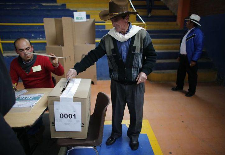 El conteo de los votos recogidos este domingo en Colombia inició desde las 4:00 pm del tiempo local. (AP/Ariana Cubillos)