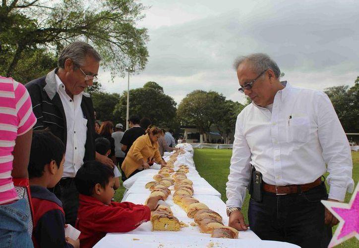 Francisco Javier Brito Herrera, director del Penal de Mérida, durante la partida de la Rosca de Reyes. (Fotos cortesía del Gobierno de Yucatán)