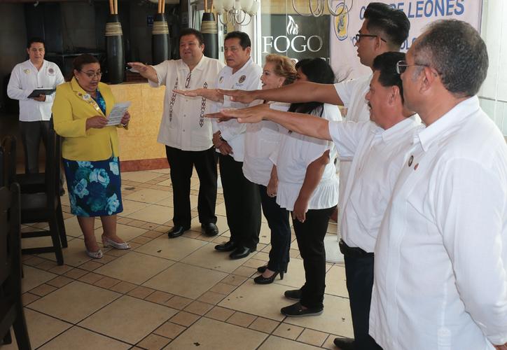 Ayer se llevó a cabo las ceremonias, tanto de toma de protesta como de entrega de distintivos como miembros de esta asociación. (Gustavo Villegas/SIPSE)