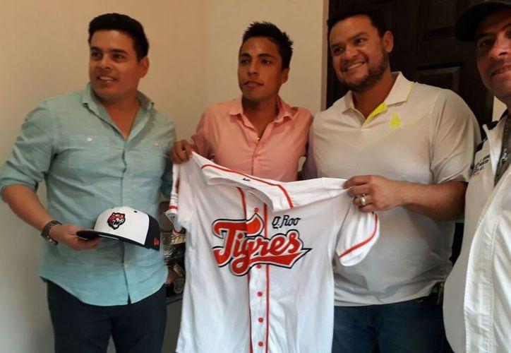Rivero posó con su nueva piel, en compañía de la directiva encabezada por Fernando Valenzuela Burgos. (Foto: Ángel Villegas/SIPSE)