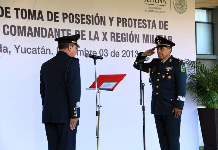 El nuevo comandante presentó honores a la bandera. (José Acosta/SIPSE)