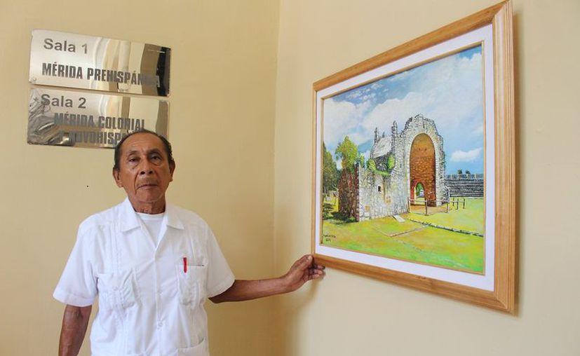 El artista oriundo de Seyé con uno de sus cuadros. (Foto: Novedades Yucatán)