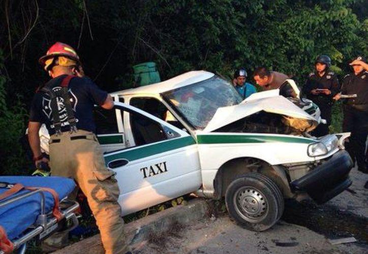El taxista quedó prensado en su vehículo. (Redacción/SIPSE)