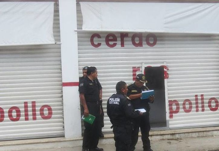 Un negocio de venta de carnes fue asaltado en la ciudad de Ticul. Agentes de la policía municipal y estatal tomando nota del incidente. (Milenio Novedades)