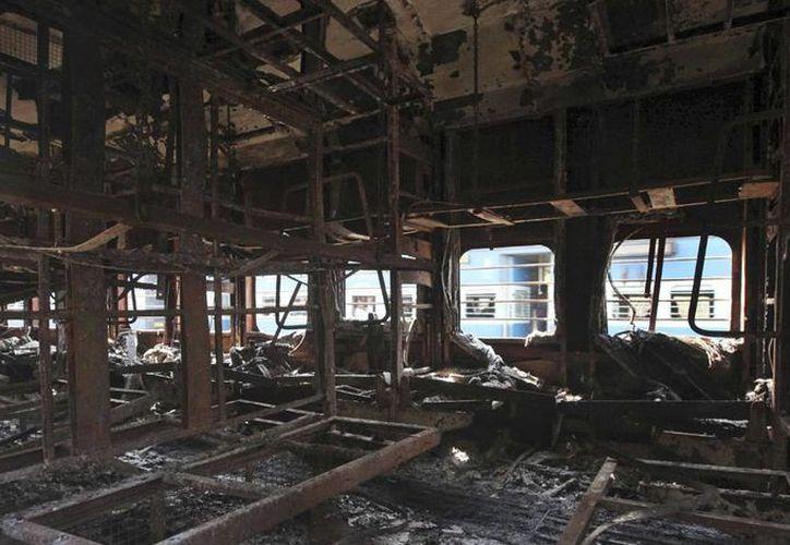 Los accidentes en los trenes de la India son comunes; a diario, 23 millones de personas se transportan por ese medio en todo el país. Ayer, en el incendio de tres vagones, murieron al menos 9 personas. (Agencias)