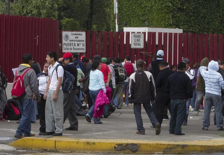 Los maestros continúan rodeando las instalaciones del Palacio Legislativo. (Notimex)