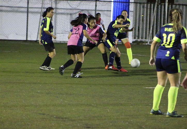 El equipo Juvenil Mayor se coloca en la punta de la competencia gracias a su diferencia de goles. (Miguel Maldonado/SIPSE)