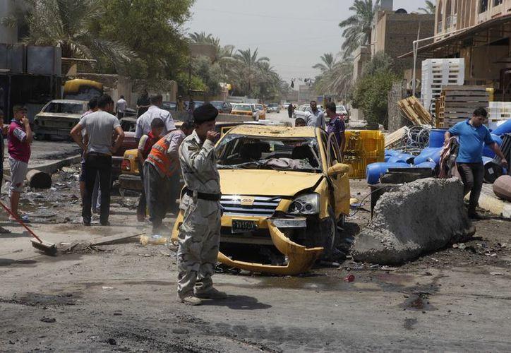 Un vehículo estacionado detonado, matando a cinco personas en el acto. (Agencias)