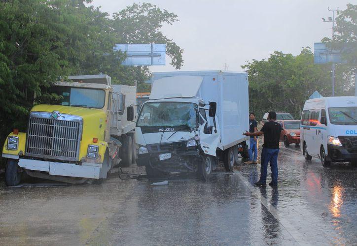 El volquete chocó contra una unidad de transporte de alimentos. (Redacción/SIPSE)