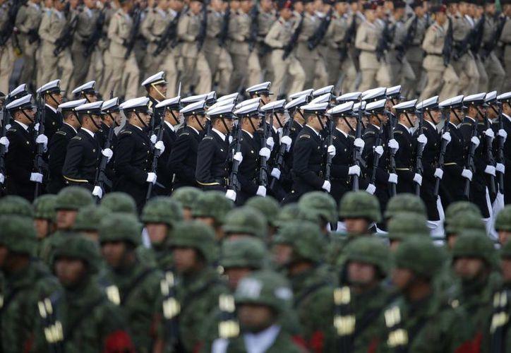 Soldados marchan durante el desfile militar anual Día de la Independencia en la plaza principal de la Ciudad de México. (AP/Rebecca Blackwell)