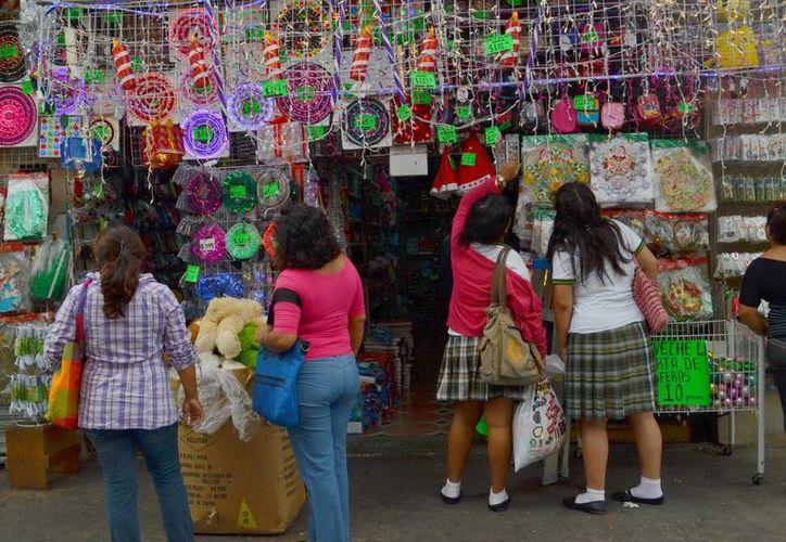 Vendedores ambulantes dicen que las calles del centro de Mérida son un espacio público y, por lo tanto, no pueden prohibirles que las ocupen. (Archivo/SIPSE)