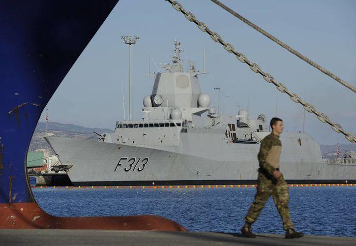 La fragata noruega Helge Ingstad aparece en el puerto de Limasol, Chipre, el sábado 14 de diciembre del 2013. (Agencias)