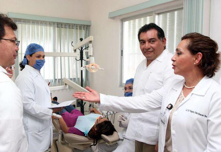 Entrega el secretario de Gobierno, Víctor Caballero Durán, equipos odontológicos y de ultrasonografía. (Milenio Novedades)