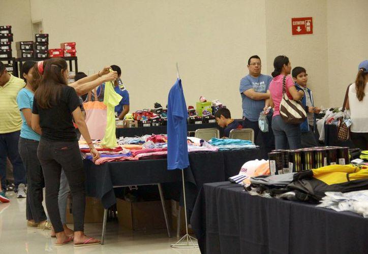 Comprar ropa deportiva y ayudar a asociaciones altruistas se conjugaron en la jornada de ayer. (Milenio Novedades)