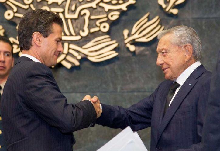 Peña Nieto celebró la aprobación de 12 reformas estructurales en lo que va de su gestión. En la imagen, durante la conmemoración anticipada del Día del Abogado en la residencia oficial de Los Pinos. (Presidencia)