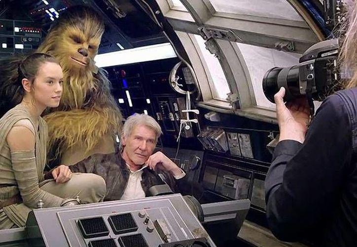 Según el director de la nueva saga de Star Wars, J. J. Abrahams, las expectativas de los fans de la serie de películas no se 'llenarán' con la nueva entrega. (excelsior.com.mx)