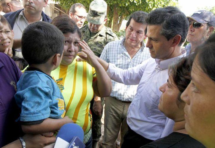 El presidente Enrique Peña Nieto platica con damnificados de Navolato, Sinaloa. (Notimex)