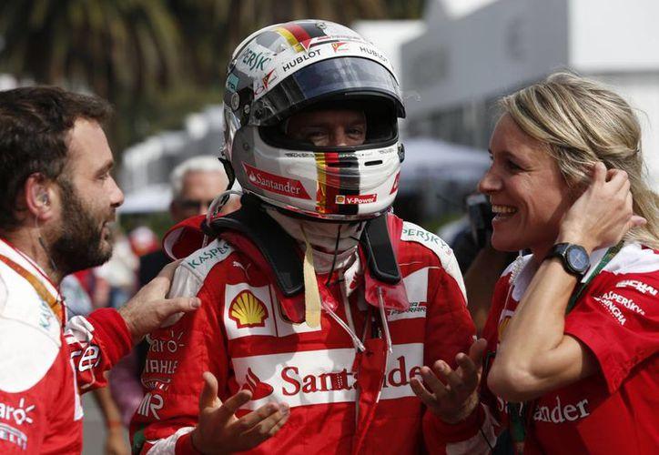 Momento en que Vettel es avisado por su equipo que consiguió el tercer lugar en el Gran Premio de México. (AP)