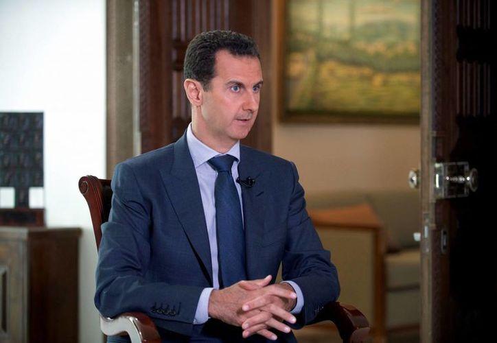 Imagen distribuida por la Presidencia de Siria del madatario sirio Bashar Assad durante una entrevista con The Associated Press en el palacio presidencial en Damasco, Siria. (Presidencia Siria via AP)