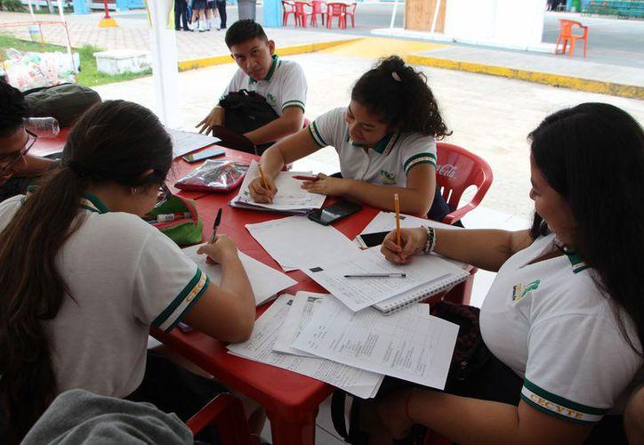 Además de no dominar los aspectos básicos del inglés, los adolescentes tampoco salen preparados para trabajar en equipo. (Paola Chiomante/SIPSE)