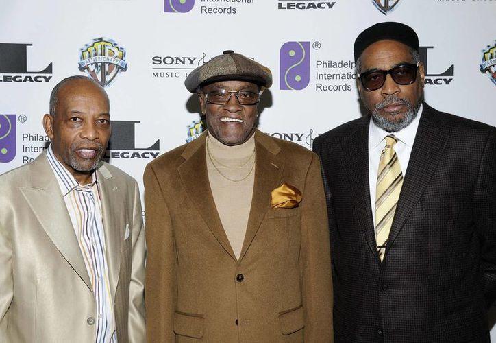 El cantante de jazz y soul Billy Paul (c), quien falleció a los 80 años, aparece en esta foto de 2008 flanqueado por Leon A. Huff (i), cofundador de Philadelphia International Records y por Kenneth Gamble (d). (AP)