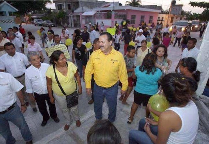 Durante la entrega el presidente Julián Ricalde recorrió las calles recién pavimentadas. (Cortesía/SIPSE)